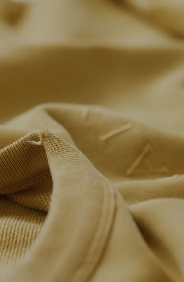 Zoom on the collar of a yellow sweatshirt.